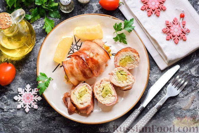 Куриные рулеты с авокадо в беконе