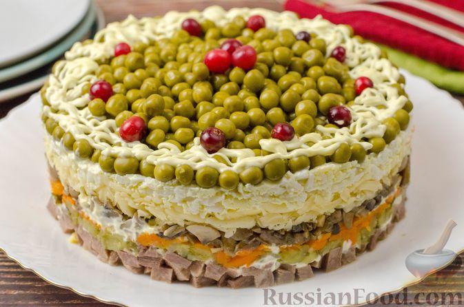 Слоёный салат с языком, шампиньонами, маринованными огурцами, морковью и сыром