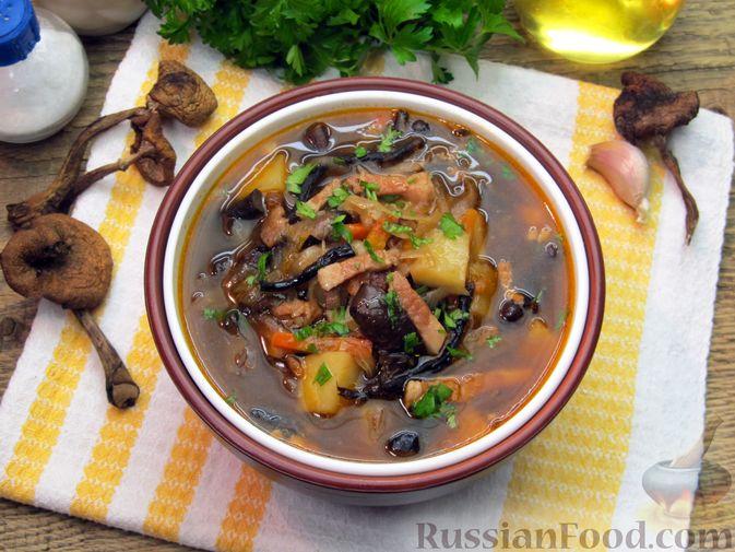 Щи из квашеной капусты с беконом, грибами и томатной пастой
