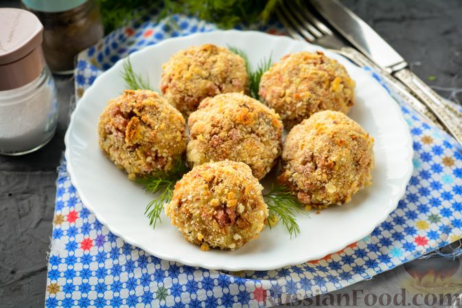 Закусочные хлебные шарики с колбасой и сыром (в духовке)