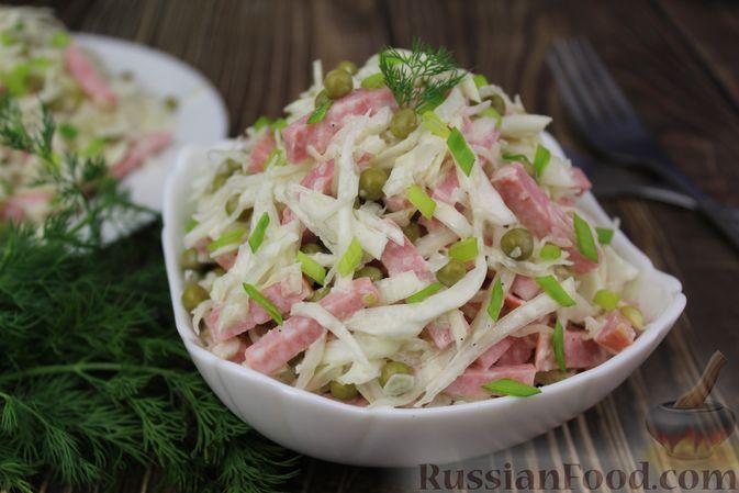 Салат из капусты с колбасой и зелёным горошком