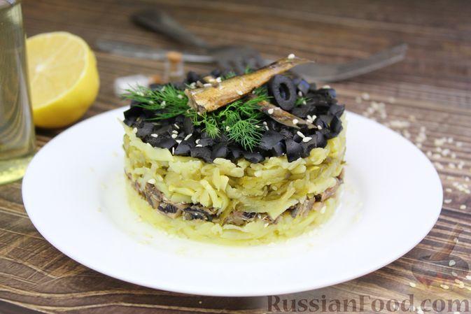 Слоёный салат со шпротами, картофелем,  солёными огурцами и маслинами