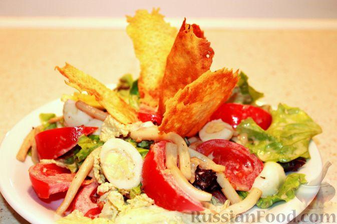 Салат с кальмарами, яйцами и овощами