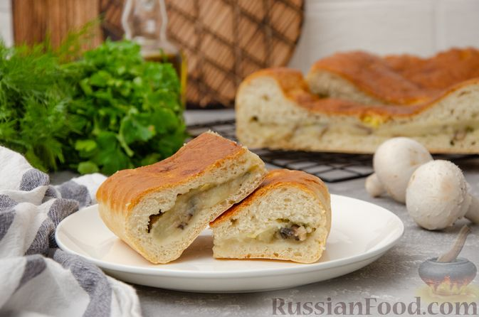 Дрожжевой пирог с картошкой, грибами и зелёным луком