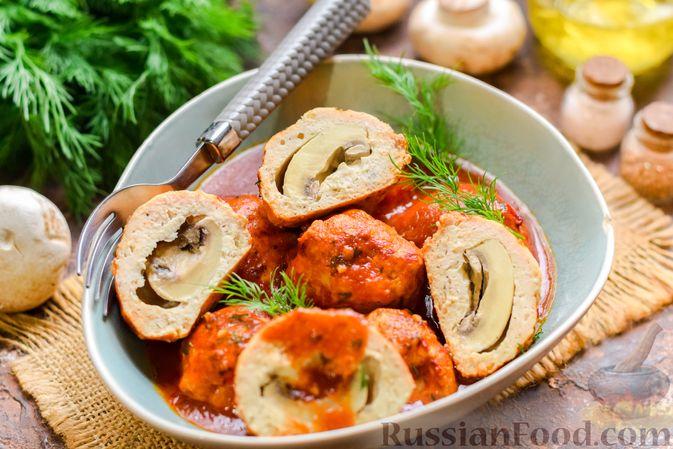 Мясные тефтели с начинкой из целых шампиньонов, запечённые в томатном соусе