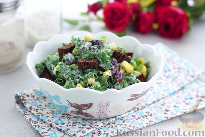 Салат с консервированной фасолью, кукурузой, сухариками и зеленью