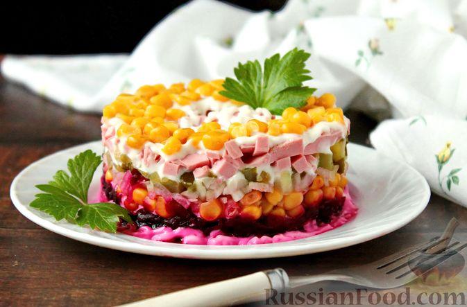 Слоёный салат со свёклой, кукурузой, колбасой и маринованными огурцами