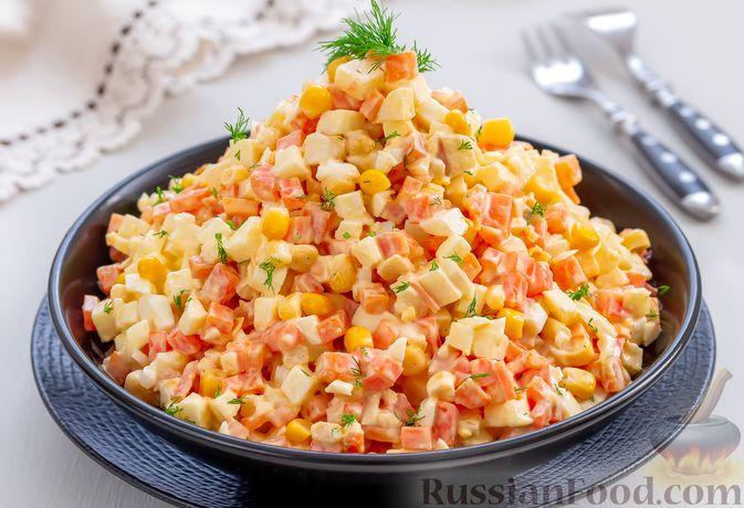 Салат с морковью, яблоком, кукурузой и яйцами