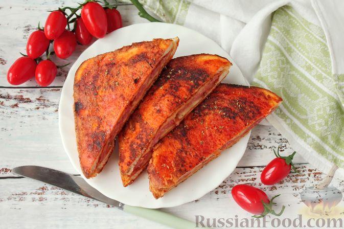 Сэндвичи с колбасой, сыром и томатной пастой, на сковороде