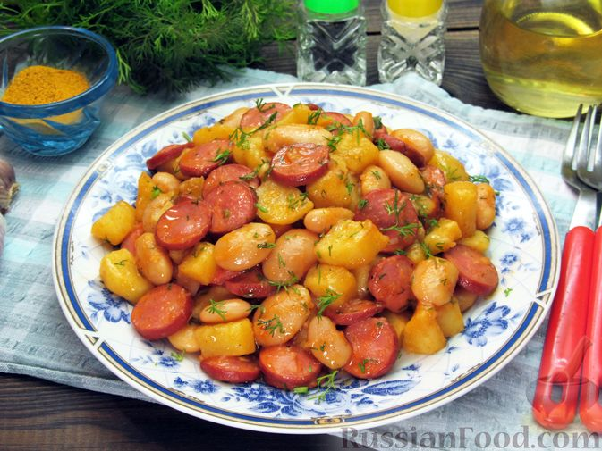 Картофель, тушенный с сосисками и фасолью