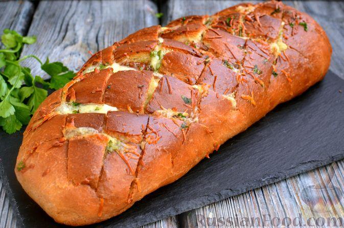 Домашний хлеб, запечённый с пряным маслом, сыром и зеленью