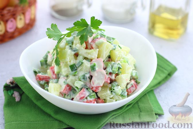 Салат с крабовыми палочками, ананасами и зелёным луком
