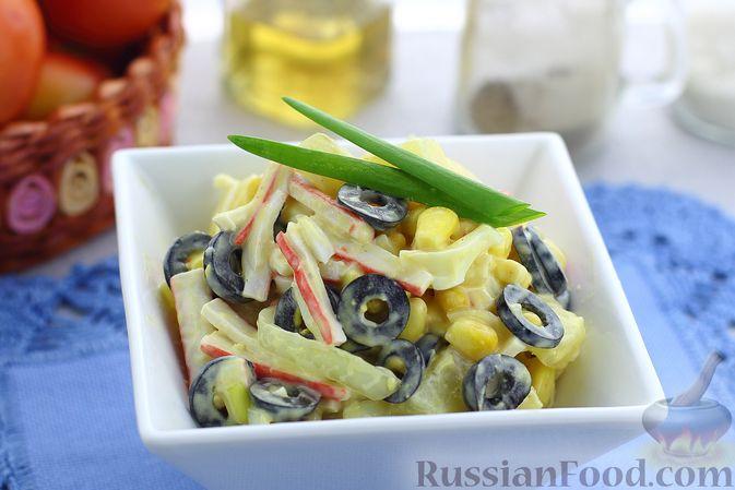 Салат с крабовыми палочками, ананасами, маслинами и кукурузой