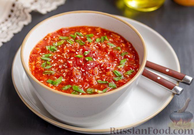Томатный суп с яичницей-болтуньей, имбирём и острым перцем