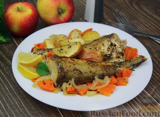 Рыба, запечённая с морковью и яблоками