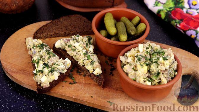 Закуска из малосольной скумбрии, маринованных огурцов и варёных яиц