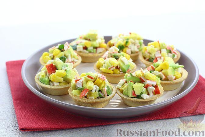 Тарталетки с крабовыми палочками, кукурузой и авокадо