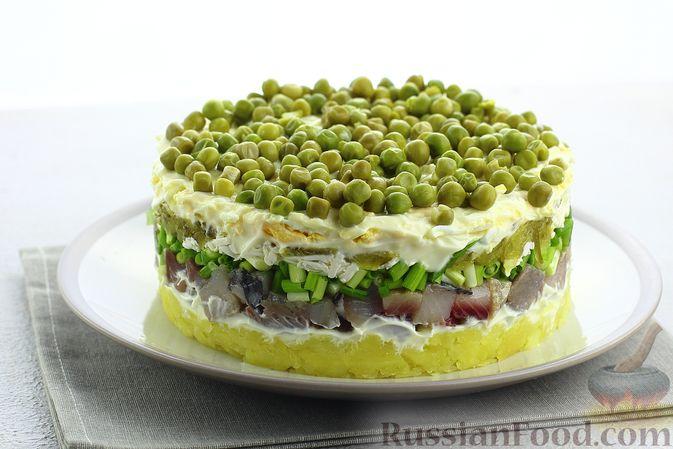 Слоёный салат с селёдкой, картофелем, плавленым сыром и солёными огурцами
