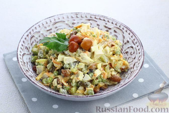 Салат с курицей, маринованными опятами, солёными огурцами и морковью