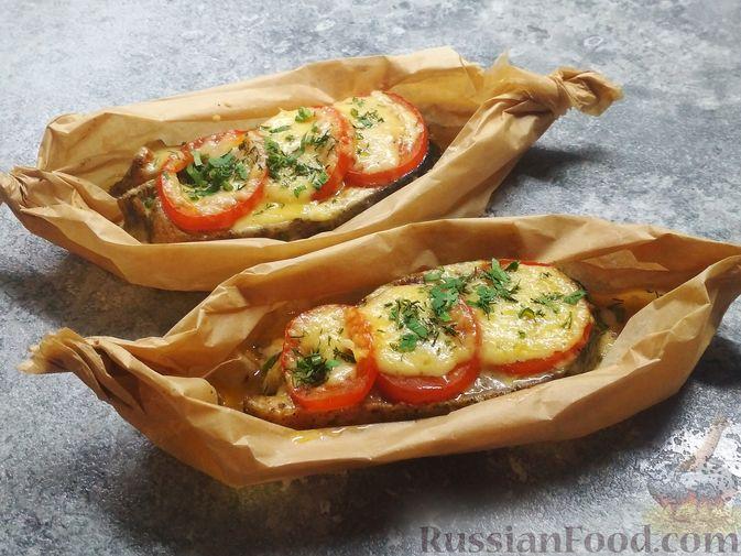 Стейки кеты, запечённые с помидорами и сыром
