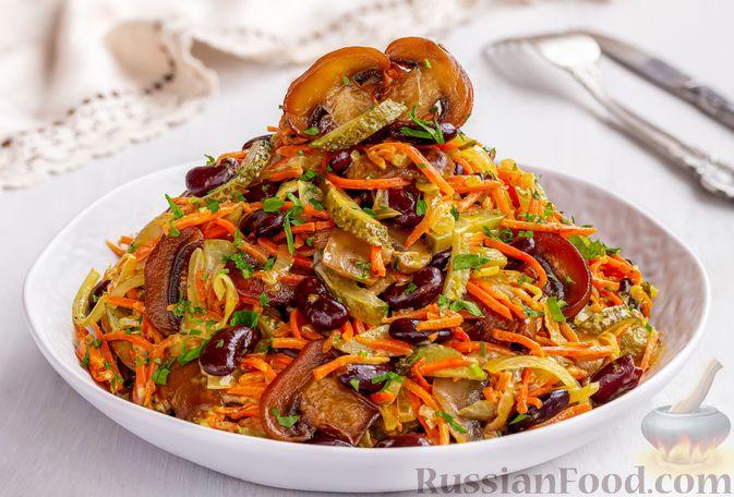 Салат с консервированной фасолью, жареными шампиньонами, солеными огурцами и морковью