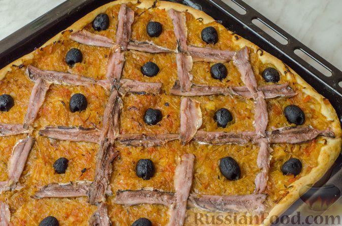"""Дрожжевой луковый пирог """"Писсаладьер"""" с помидорами, анчоусами и маслинами"""