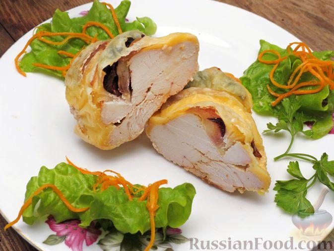 Куриное филе, запечённое с черносливом, яблоком и сыром