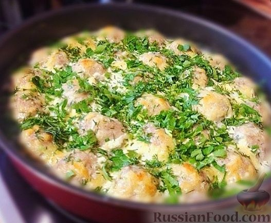 Куриные тефтели, запечённые в кефирном соусе с сыром