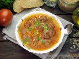Рисовый суп с мясными фрикадельками и томатной пастой