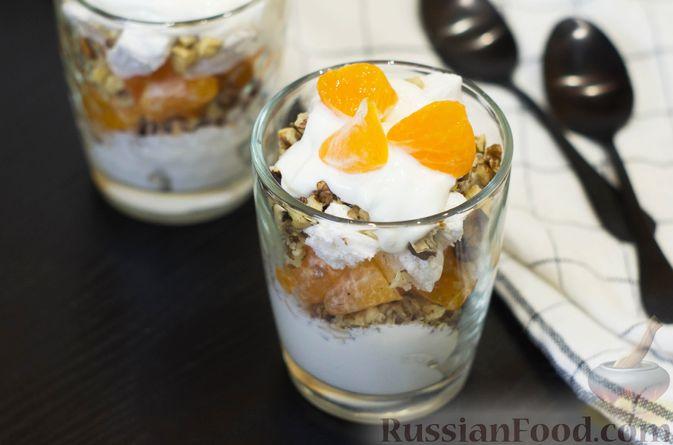 Сметанный десерт с зефиром, мандаринами и грецкими орехами