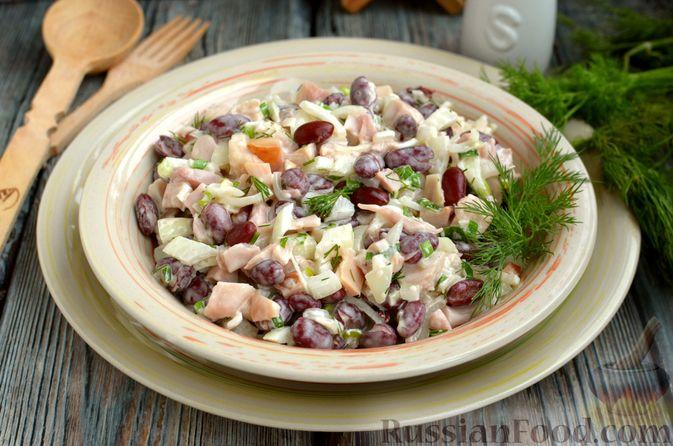Салат с копчёной курицей, консервированной фасолью и маринованным луком