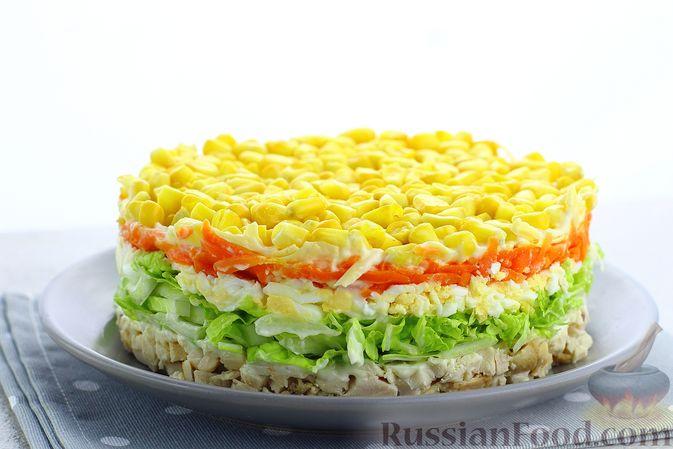 Слоёный салат с курицей, пекинской капустой, морковью, кукурузой и сыром