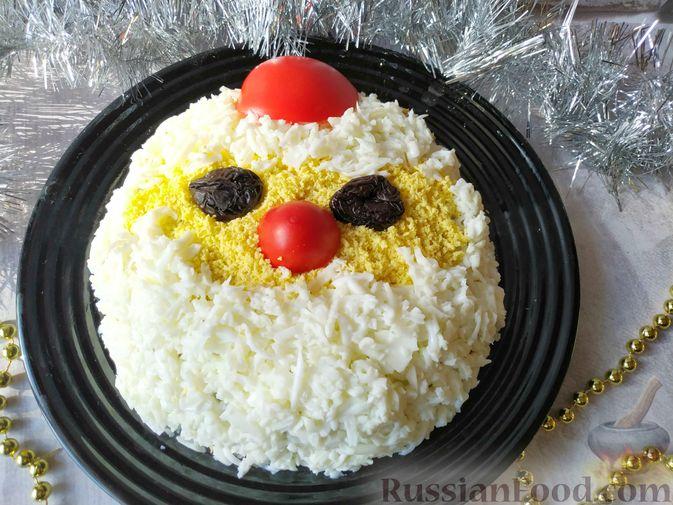 Салат с курицей, черносливом и грибами (в новогодней подаче)