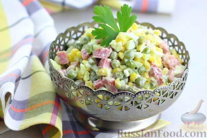 Салат с колбасой, консервированным зелёным горошком, кукурузой и яйцами