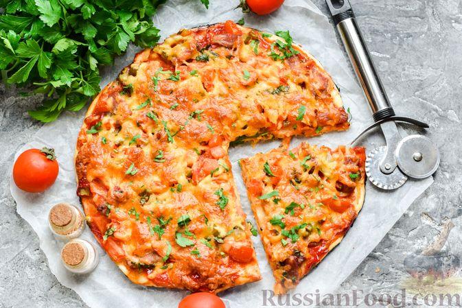 Пицца на слоёном корже с копчёным мясом, помидорами и маринованными огурцами