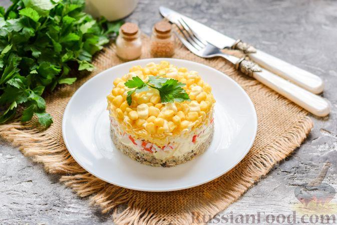 Слоёный салат с тунцом, крабовыми палочками, сыром и кукурузой