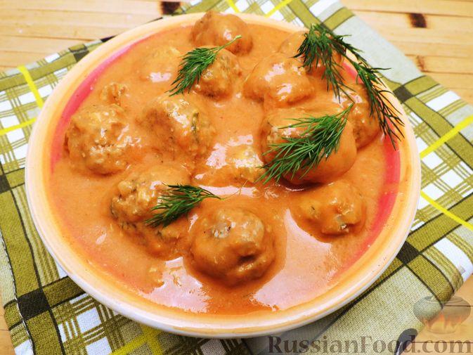 Тефтели из куриного фарша с рисом и грибами, в сливочно-томатном соусе