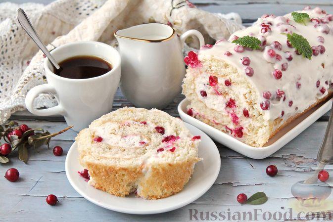 Бисквитный рулет со сливочным муссом и ягодами
