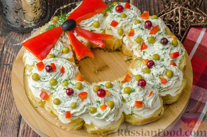 Закусочный рождественский венок из слоеного теста, с красной рыбой и сливочным сыром