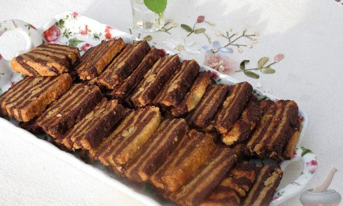 Полосатое песочное печенье с какао и орехами