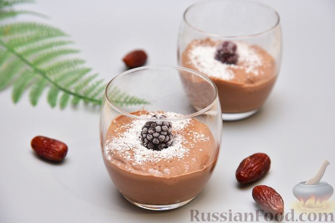 Творожный мусс с финиками, кокосовой стружкой и какао