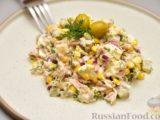 Салат с тунцом, кукурузой, солёными огурцами и яйцами