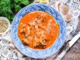 Говядина, тушенная с луком в томатном соусе