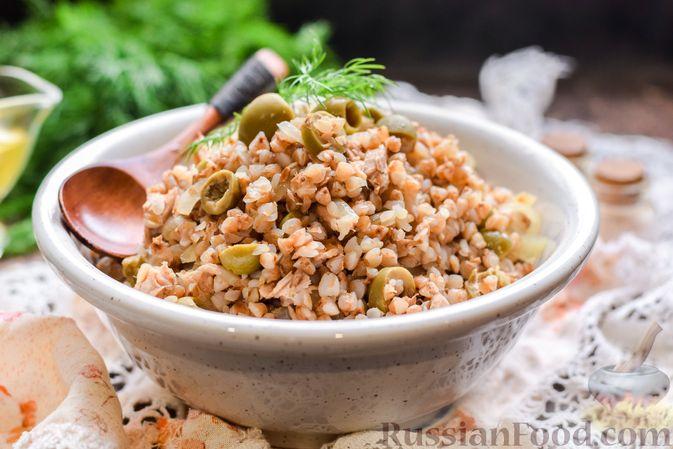 Гречка с консервированным тунцом и оливками
