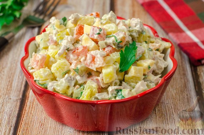 Мясной салат с картофелем, помидорами, солёными огурцами и сыром